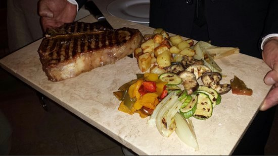 T bone stake Fiorentina Toscana anche di 1kg e 400g chianina e con un servizio al tavolo indimenticabile