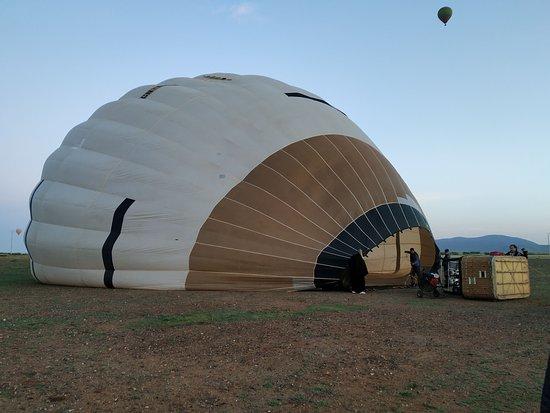Maroc Montgolfière: Hinchando el globo, a punto de despegar!