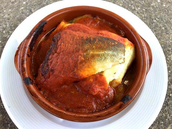 Bacallà amb llit de patata confitada i sofregit de tomàquet casolà