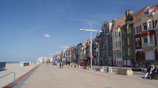 Dunkirk, Frankreich: Dunkerque, 3e port de France et Malo les Bains, son quartier résidentiel en bord de mer. A dunkerque, ne manquez pas la visite du musée portuaire et le trois-mâts « la Duchesse Anne »  amarrée juste devant.  visitez le port en bateau à bord du texel pour une durée d'1h. Si vous préférez, partez une demi-journée à bord d'un voilier accompagné d'un skipper. Des sorties pêches sont également proposées. A Malo-les-bains, Baladez-vous sur la digue animée (bars, musique, casino…). Levez les yeux et