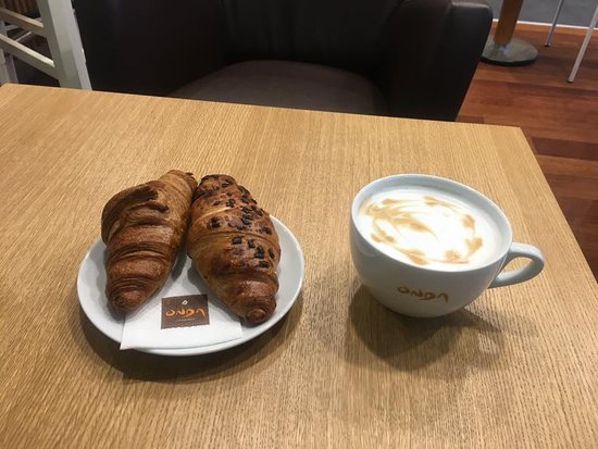 Sofia, Bulgarien: Latte and croissant