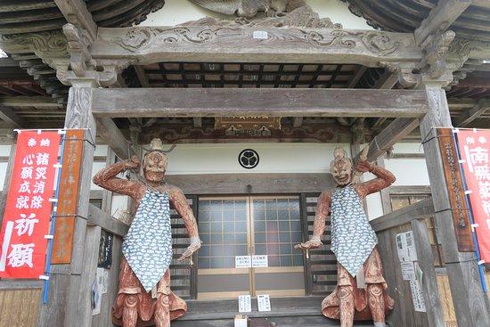 本堂の入口にある仁王像は必見です。まるで鬼のような凄い表情の像で、明治の神仏分離の際に隣の大物忌神社の随神門の仁王像がここに来たものです。
