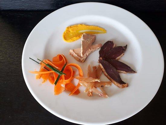 Le Chemin: un petit aperçu d'une spécialité locale, foie gras, magrets et volailles de petits producteurs et fumés maison!!