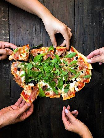 Pizza com presunto parma do happy hour de quintas!
