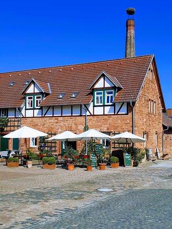 Der Außenbereich des MaiCafés im großen historischen Innenhof des Hofgut Habitzheim. Hier kann man ungestört sitzen. Ihre Kinder können auf der Strohburg und im Sandkastenhäuschen spielen und Sie geniessen das gemütliche Treiben des Gutshofes.