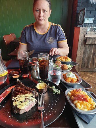 Butcher Restaurant: Steaks and side dishes (mac&cheese, croquet, sweet potato and salad)