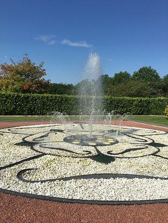 Breezy Knees Gardens: Fountain