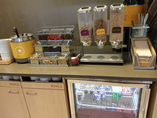 Breakfast - Fresh fruit, cereal and yogurt