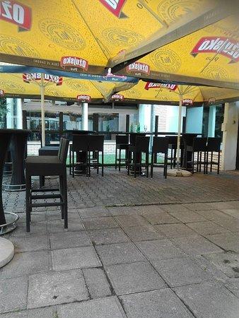 Topusko, Croatia: Giardino e Bar esterno di uno dei Bar della struttura