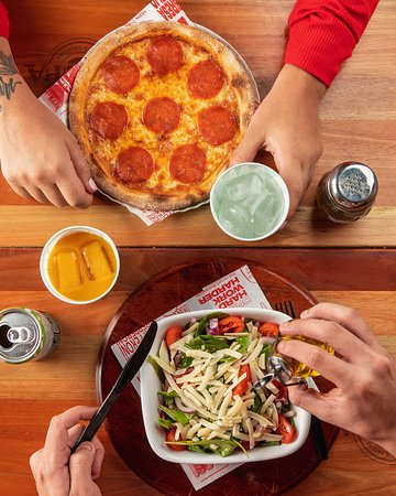 Pizza individual de pepperoni e salada da casa