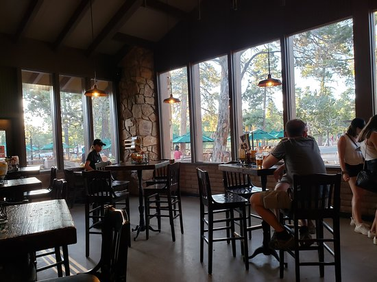 Yavapai Lodge: Lots of outdoor shaded seating, as seen from The Tavern sitting area.