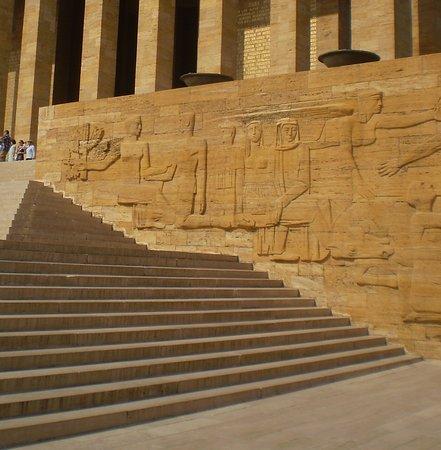 Το Μαυσωλείο του Ατατούρκ (Ανίτκαμπιρ): detalle de los grabados en el muro exterior del Mausoleo Ataturk