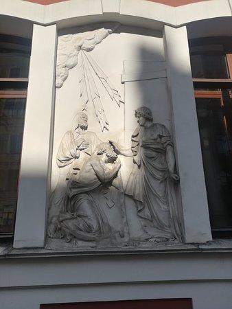 """Церковь св. Пантелеймона, барельеф справа от входа """"Св. Пантелеймон исцеляющий слепого"""", ул. Пестеля, 2А, август."""