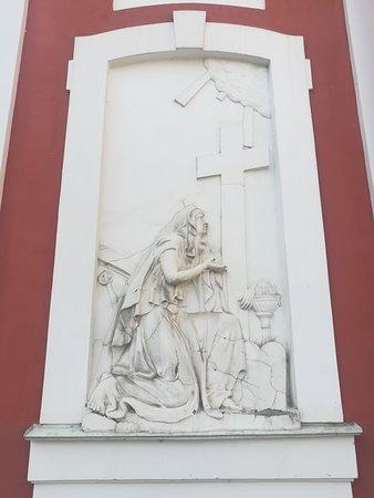 """Церковь св.Пантелеймона, барельеф слева от апсиды """"Св. Екатерина молящаяся перед крестом"""", ул. Пестеля, 2А, август."""