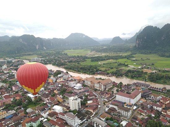 Laos: Hot air balloon in Vang vieng