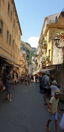 Mt Etna ( 2.000 meters) and Taormina Day Trip from Cefalu – fotografija