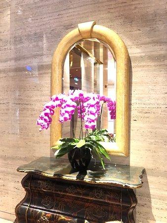 エレベーターホールのお花。