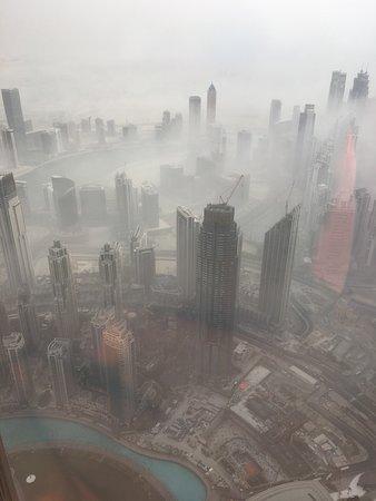 """På toppen, Burj Khalifa - Nivåer 125 + 124 """"Allmän tillträde"""": Misty but it soon cleared"""