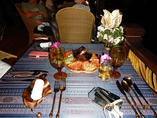 بانكوك, تايلاند: 席に着きました・・・ 目の前には付きだしが置いてあります・・