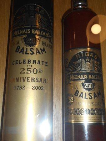 Det Svarta Balsamet i lerflaskor.