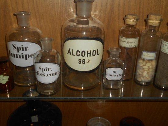 Glasflaskor med olika mediciner och sårrengöringsmedel.