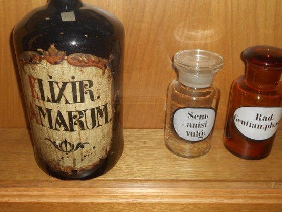 Läkemedel i flaska och i glasburkar.