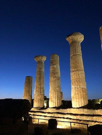 Valle dei Templi: La foto realizzata subito dopo il tramonto con iPhone 8 Plus da A.Rastello riprende il profilo di quello che rimane del tempio di Eracle(Ercole) il particolare le colonne che furono ripristinate grazie al capitano Alexander Hardcastle.