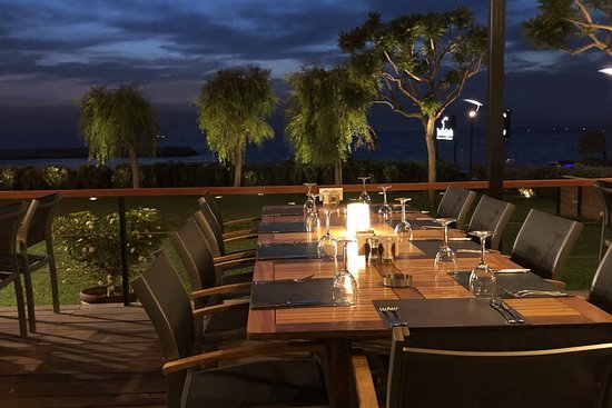The Peninsula Restaurant and Gardens: Terrace by night!