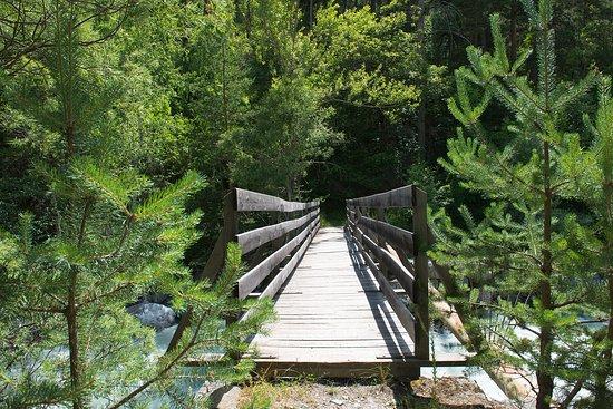 Les Vigneaux, Frankrijk: Pont au dessus de la rivière dont le camping est en accès direct