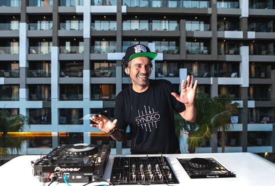تريب بالما بوسكي هوتل: Our resident DJ