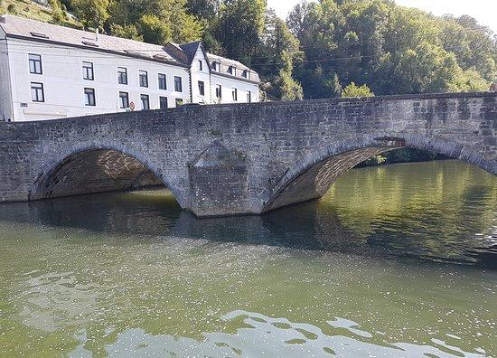 Les Croisieres Mosane: Le Vieux Pont, monding van de Lesse