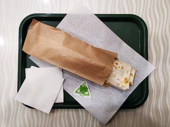 Удобная упаковка позволяет комфортно есть как внутри заведения, так и взять с собой и наслаждаться прямо на ходу.