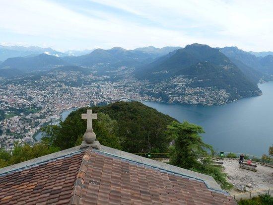 Vista di Lugano scattata da sopra la chiesa del monte San Salvatore. Già nell'anno 1200 i pellegrini scalavano a piedi la cima del monte, l'edificio attuale è stato completato nel 1718