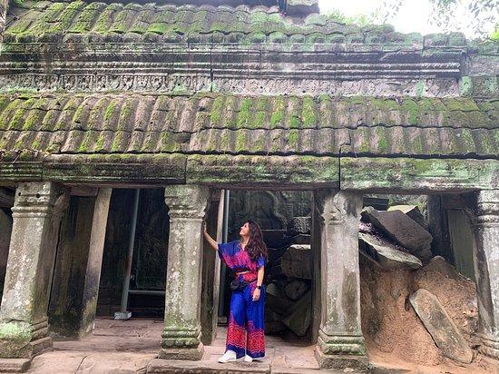 Colonne, porte e finestre scolpite nella roccia tipiche della civiltà Khmer