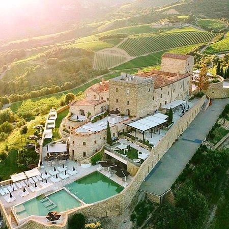 La vista è spettacolare castello storico con acque termali e produzione propria di Brunello con 2 ristoranti principali uno più italiano altro toscano entrambi con terrazza panoramica