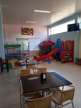 Candoi, PR: Espaço Kids (dentro do restaurante). Inclusive tem sofás e mesas se quiser almoçar/Jantar enquanto as crianças gastam energia!