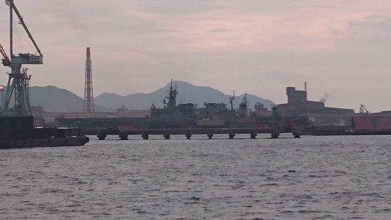 Kure Shuo Dock Terminal: 港から海上自衛隊の艦船が見えた。通常はタンカー等で遮られることが多く、年に数日だろうと聞いた。