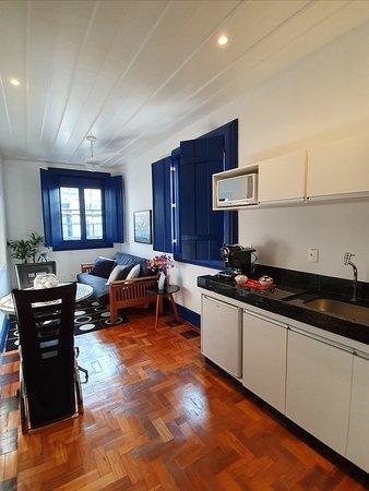 Sala de estar e cozinha compacta da Suite King Superior
