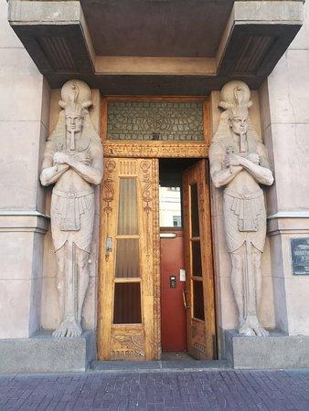 """""""Египетский дом"""", у дверей - скульптуры бога солнца Ра, Захарьевская ул., 23"""