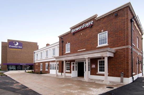 Premier Inn London Dagenham hotel: Brewers Fayre restaurant exterior