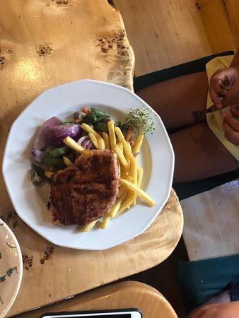 Paprika: Nie można ominąć jeśli preferujemy kuchnie węgierską. Pyszna zupa gulaszowa świetnie podana, krem brokułowy z płatkami migdałów i wiele innych ciekawych propozycji. Pasta paprykowa 🌶🌶🌶💪🥵Suuuper . Przy kolejnej wizycie w Budapeszcie, na pewno odwiedzę 😉