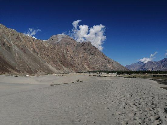 Contrasto fra monti e sabbia