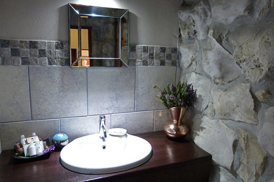 Spookhuis Cottages (formerly Mosaic Cottages): Garden Trail Cottage, second bathroom.