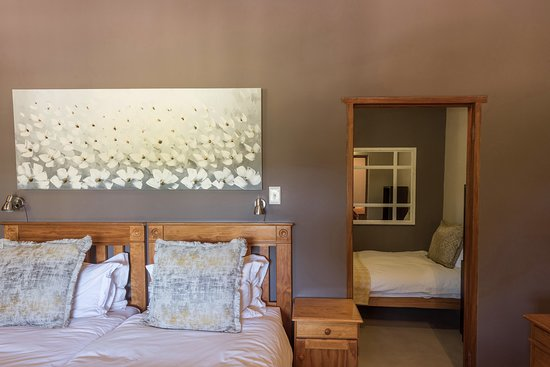 Spookhuis Cottages (formerly Mosaic Cottages): Garden Trail Cottage, second bedroom with a king bed and extra single bed.
