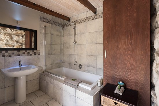 Spookhuis Cottages (formerly Mosaic Cottages): Garden Trail Cottage, master bedroom bath with a king bed and extra single bed.