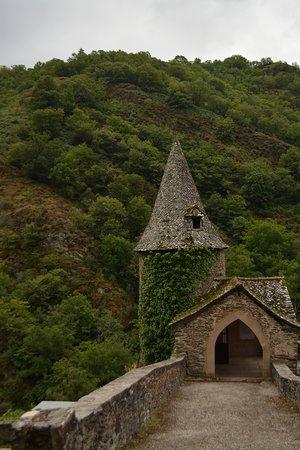 Petite chapelle dans le cimetière de Conques.