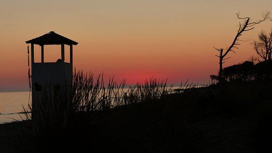 all'imbrunire (attenzione, la sbarra di accesso-uscita chiude poco dopo il tramonto, per cui mi raccomando, una foto e....via )