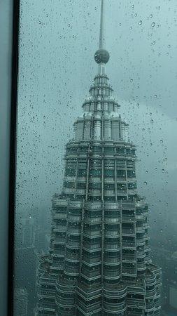 Petronas Twin Towers nella pioggia