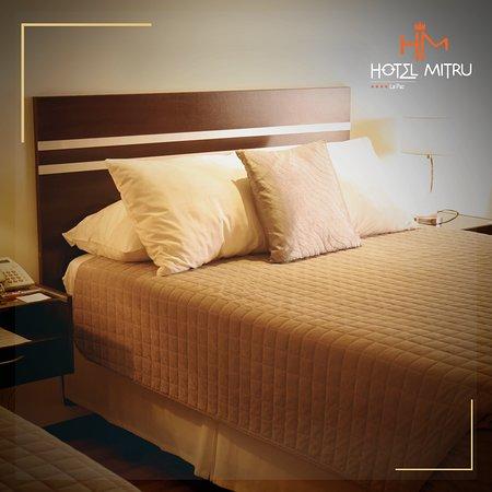 Ofrecemos habitaciones espaciosas, con camas full y King, un espacio de trabajo y sala interna.