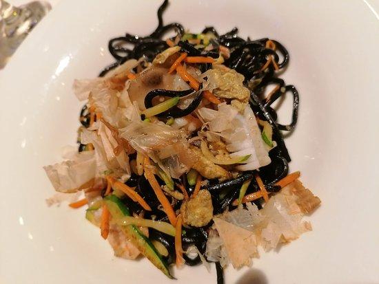 Lu Dim Sum: Spaghetti al nero di seppia saltati con frutti di mare